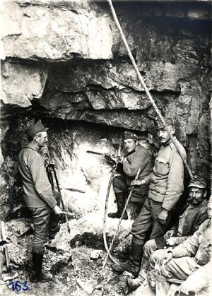Hloubení kaveren ve vápencových skalách vyžadovalo důlní nářadí, trhaviny a zkušené vojáky hornických profesí (VHÚ)