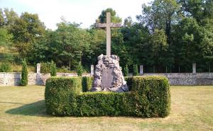 Ústřední pomník na válečném hřbitově v Dutovlje. Na tomto pohřebišti, kde leží přes tři tisíce českých vojáků, si Česká republika oficiálně připomíná padlé a zemřelé na sočské frontě. V minulosti finančně přispěla na jeho obnovu.  (Foto: Mitja Močnik)