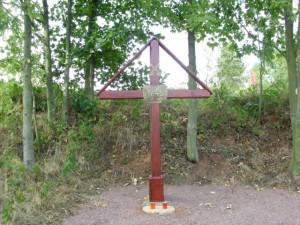 Nedávno odhalený pamětní kříž věnovaný padlým.