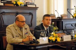 Vpravo předseda Poslanecké sněmovny PČR Jan Hamáček, vlevo ředitel VHÚ plk.  Aleš Knížek