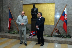 Ředitel VHÚ plk. Aleš Knížek a velvyslanec Slovinska Leon Marc