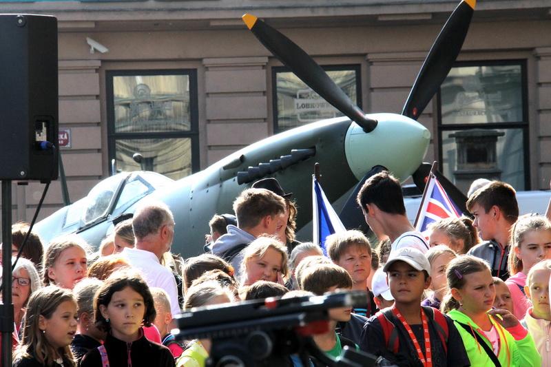 Vernisáž výstavy Na nebi hrdého Albionu zpestřil i spitfire