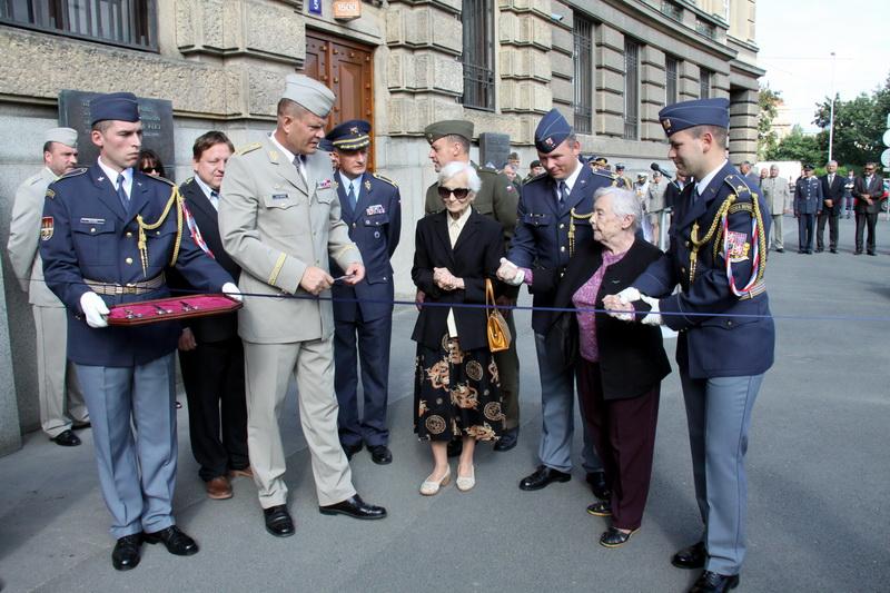 Přestřižení pásky výstavy - vedle náčelníka Generálního štábu J. Bečváře manželky pilotů F. Fajtla a A. Šišky
