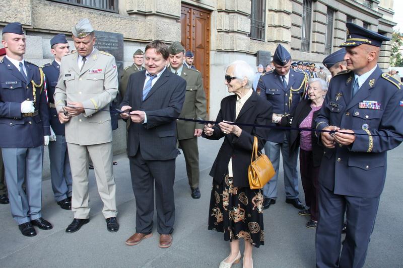 Pásku přestřihli společně generálem Bečvářem autor výstavy J. Rajlich, paní Fajtlová a velitel vzdušných sil, generál L. Štefánik