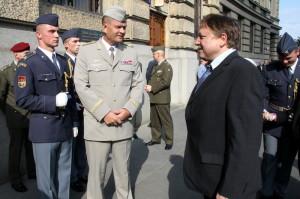 Náčelník Generálního štábu Armády České republiky, generálporučík Josef Bečvář a autor výstavy Jiří Rajlich.