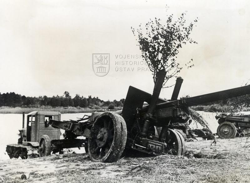 Sovětský dělostřelecký tahač se 152 mm kanónovou houfnicí vzor 1937 (ML-20)