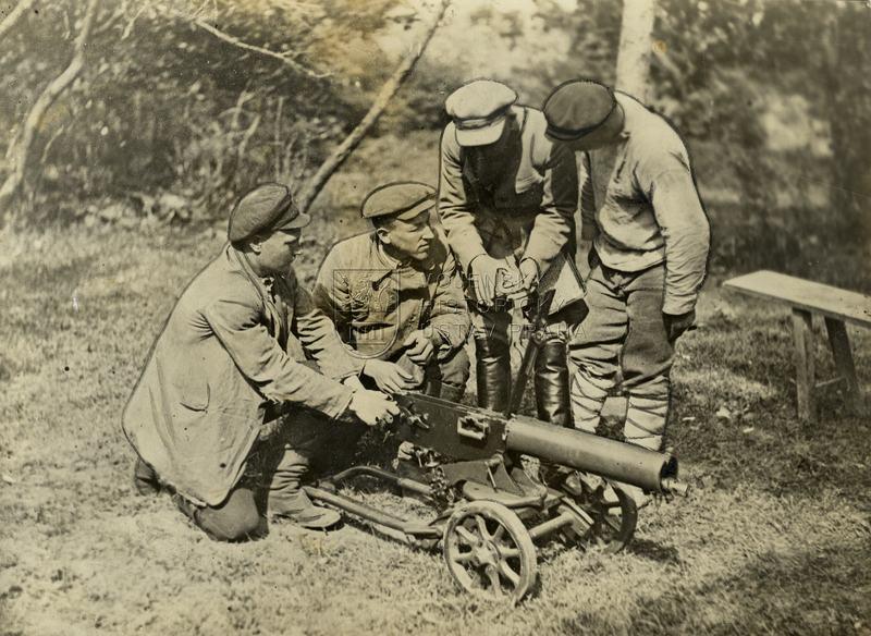 Sovětští dělníci při instruktáži střelby z kulometu Maxim