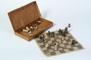 Vyřezané dřevěné figurky s šachovnicí