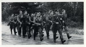Mladí muži pochodují k práci