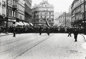 28. říjen 1918 - čelo průvodu na Ferdinandově třídě. Foto sbírka VHÚ.
