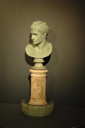 V úvodu výstavy je umístěna Napoleonova bronzová busta, kterou vytvořil italský sochař Antonio Canova (1757–1822) pro lorda Hollanda, jednoho z nejprominentnějších obdivovatelů Napoleona v Británii. Od roku 1818 stála tato busta v zahradě před lordovým londýnským sídlem v Kensingtonu – v Holland House. FOTO: Jaroslav Beránek