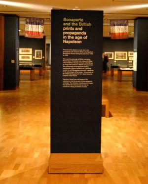 Pohled do výstavního sálu; v pozadí jsou dva prapory Národní gardy, které jejím plukům věnoval Napoleon 4. června 1815. Po bitvě u Waterloo daroval francouzský král Ludvík XVIII. oba prapory spolu s dalšími šedesáti vévodovi z Wellingtonu… FOTO: Jaroslav Beránek
