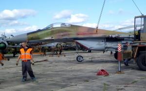 Nakládání letounu před transportem na Slovensku