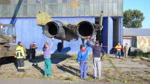 MiG-29 po převozu. Skládání letounu u hangáru Leteckého muzea Kbely.