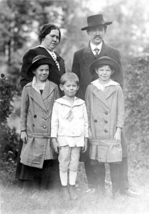 Vojta Beneš s manželkou a dětmi.