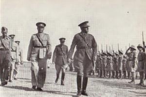 Náčelník čs. vojenské mise generál A. Mézl (Gak) při přehlídce Čs. pěšího praporu 11 – Východního v Gedeře 28. října 1940. Po jeho pravici plk. Koreš a pplk. K. Klapálek