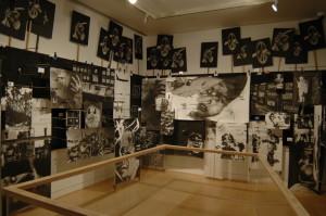 Zasedací síň. Tuto instalaci vytvořil výtvarník speciálně pro současnou výstavu. Obsahuje Kennardovu osobní reflexi uplynulých padesáti let od války ve Vietnamu až po konflikt v Iráku. FOTO: Jaroslav Beránek