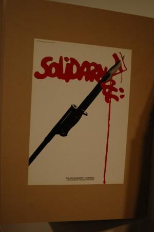 """V Archivu si mohou návštěvníci také """"zalistovat"""" v Kennardových plakátech z osmdesátých let minulého století. Mezi nimi nechybí ani plakát vytvořený na podporu polské Solidarity.  FOTO: Jaroslav Beránek"""