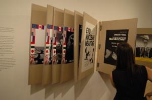 """V Archivu si mohou návštěvníci také """"zalistovat"""" v Kennardových plakátech z osmdesátých let minulého století.  FOTO: Jaroslav Beránek"""