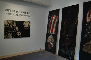 Úvodní část výstavy patří pracím z cyklu Vyznamenání, který vznikl v letech 2003 až 2004 a jímž autor reagoval na válku v Iráku. FOTO: Jaroslav Beránek
