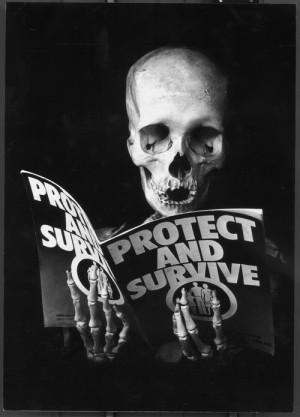 Chraň se a přežij, 1981. V této fotomontáži výtvarník ironizoval oficiální brožurku, kterou v sedmdesátých letech distribuovala britská vláda po celé zemi jako součást informační kampaně o hrozbách jaderného útoku. FOTO: © IWM