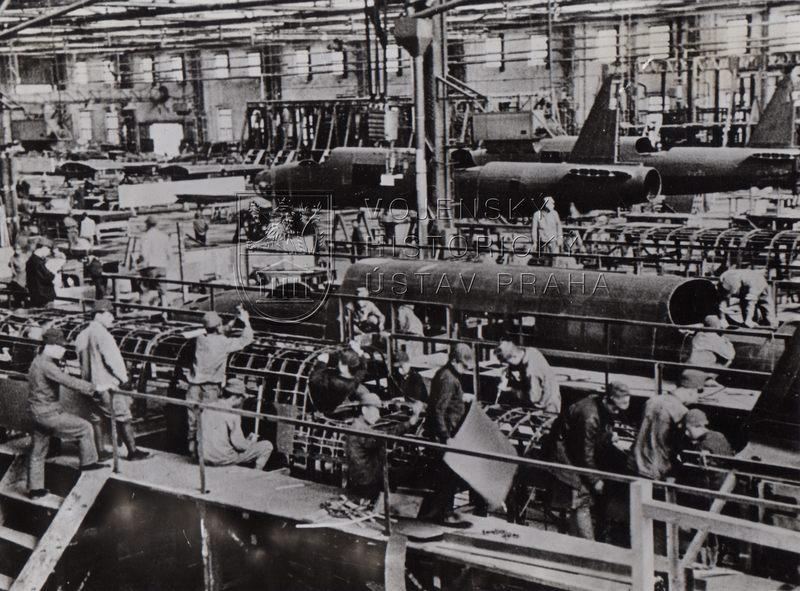 Výroba bombardérů v mandžuské továrně