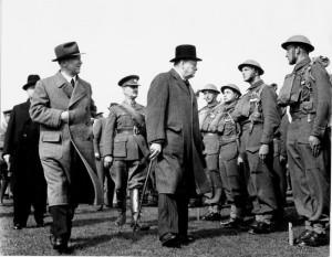 Edvard Beneš s Winstonem S. Churchillem v roce 1941 u čs. jednotky ve Velké Británii