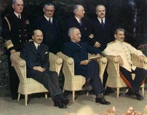 Velká trojka v létě 1945 na konferenci v Postupimi (zleva Clement Attlee, Harry Truman, Josef Stalin)