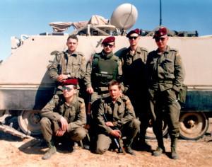 Ostrahu jednotky zajišťovali výsadkáři (na snímku před americkým obrněným transportérem)