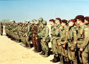 Záběr na jeden z nástupů československé protichemické jednotky v poušti při bojovém rozdílení v táboře 04