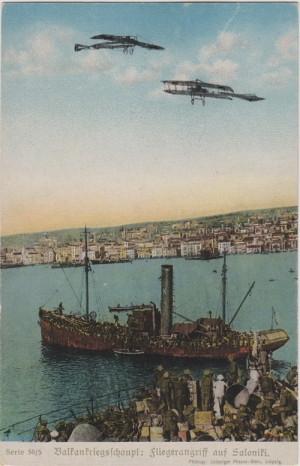Na německé pohlednici je představena scéna leteckého útoku na přístav v řecké Soluni.
