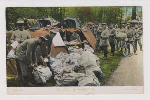 Balení poštovních pytlů na stanici německé polní pošty. Pohlednice vyšla nákladem Úřadu pro válečnou péči v Mnichově.