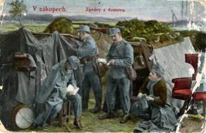 Rakousko-uherští vojáci ve chvílích odpočinku v zákopech. Reprodukce kolorované fotografie.
