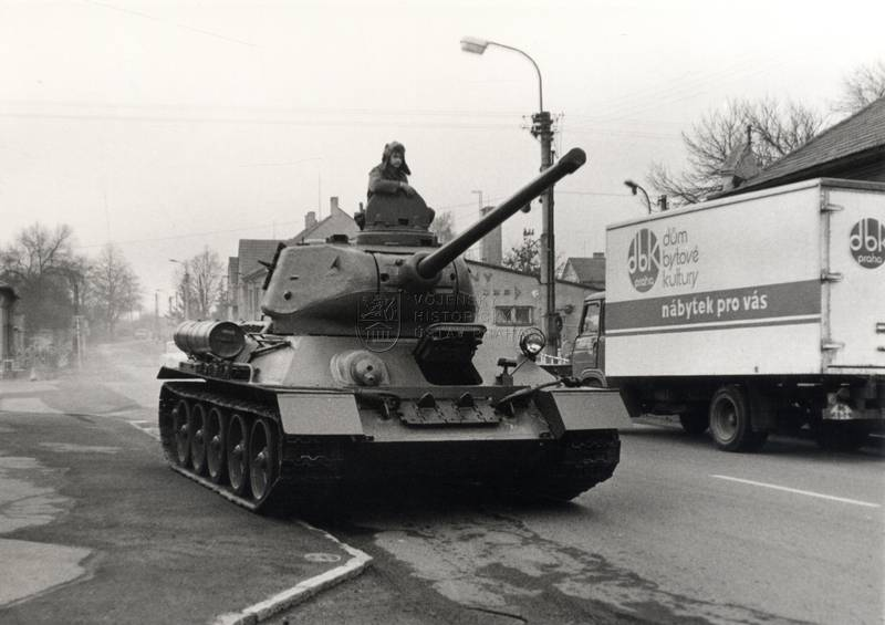 Přesun sovětských středních tanků T-34/85 ze sbírek VHÚ