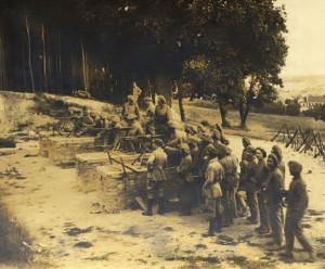 Vojenská instrukční škola v Milovicích, v níž působil francouzský instruktorský sbor, používala výzbroj a výstroj francouzského původu. Zde těžké kulomety Hotchkiss. Archiv VHÚ