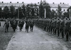Poslední meziválečné vyřazení nových poručíků československé branné moci v srpnu 1938. Jejich řady přehlíží ministr národní obrany František Machník a nejvyšší armádní činitelé. Archiv VÚA‒VHA
