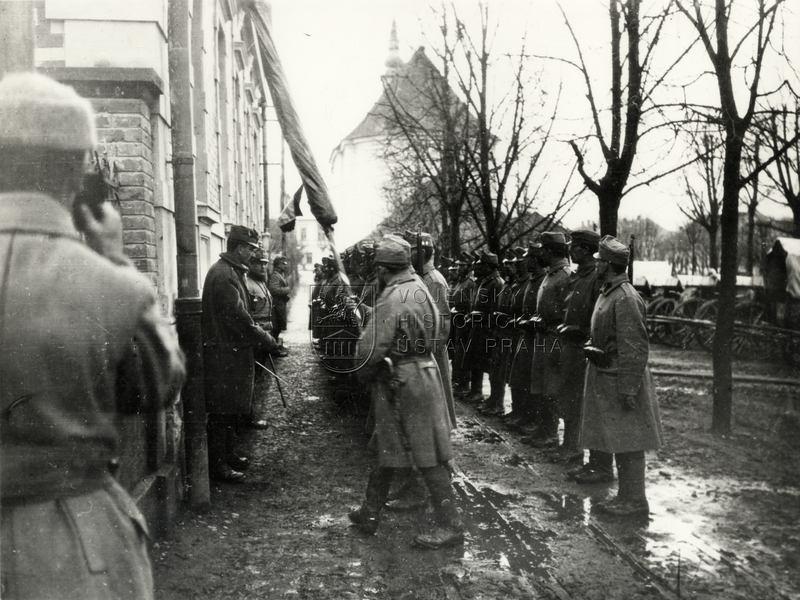 Předání praporu 28. pěšího pluku do Vojenského historického muzea ve Vídni