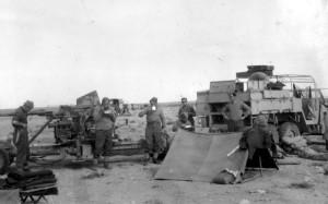 Čs. protiletadloví dělostřelci na počátku roku 1943 v Tobrúku. Vlevo 40mm protiletadlový kanón Bofors, vpravo dělostřelecký tahač Morris CDSW. Foto sbírka VHÚ.