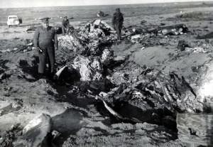 Českoslovenští důstojníci při prohlídce vraku německého bombardéru Junkers Ju-88, sestřeleného v Tobrúku 20. února 1943 čs. dělostřelci. Foto sbírka VHÚ.
