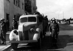 Pohřeb svobodníka Josefa Vystrčila, smrtelně zraněného při německém náletu 20. února 1943. Foto sbírka VHÚ.