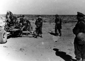 Příprava čs. dělostřelců k výcviku v palbě na pozemní cíle. Foto sbírka VHÚ.