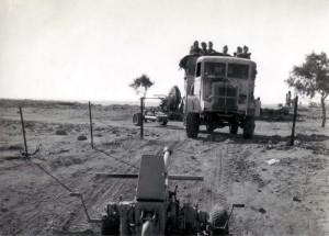 Přesun čs. 40mm kanónů Bofors dělostřeleckými tahači Bedford QLB. Foto sbírka VHÚ.