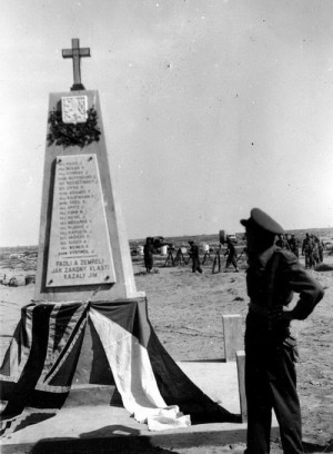 Velitel československého lehkého protiletadlového pluku 200 – Východního, plukovník Karel Klapálek, u pomníku padlých československých vojáků na spojeneckém válečném hřbitově v Tobrúku. Foto sbírka VHÚ.