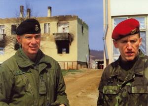 Velitel 2. kanadské mnohonárodní brigády brigádní generál Norman Bruce Jeffries spolu s velitelem 2. mechanizované roty kapitánem Petrem Millerem na české základně v obci Arapuša.