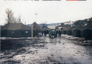 Čeští vojáci byli v prvních měsících nasazení ubytovaní ve stanech. Na snímku základna Bosanska Krupa.