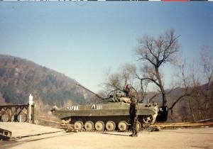 Tento provizorně opravený most přes řeku Unu v obci Otoka střežili čeští vojáci. Most se nacházel zóně separace.
