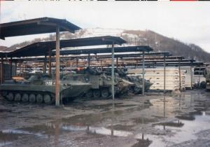 Na české logistické základně v Bosanské Krupě byla vojenská technika zaparkovaná pod přístřešky.