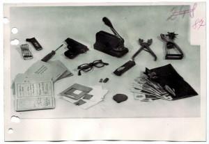 Snímek vybavení kurýra Kroce, se kterým mohl vyrábět falešné dokumenty potřebné  pro cestu Jany Horákové