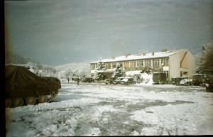 Zimní pohled na bývalou školu v obci Arapuša nedaleko zóny separace, kde měla svoji základnu 2. mechanizovaná rota.