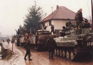 Společná patrola českých a britských jednotek před výjezdem z české základny v obci Donja Ljubija.